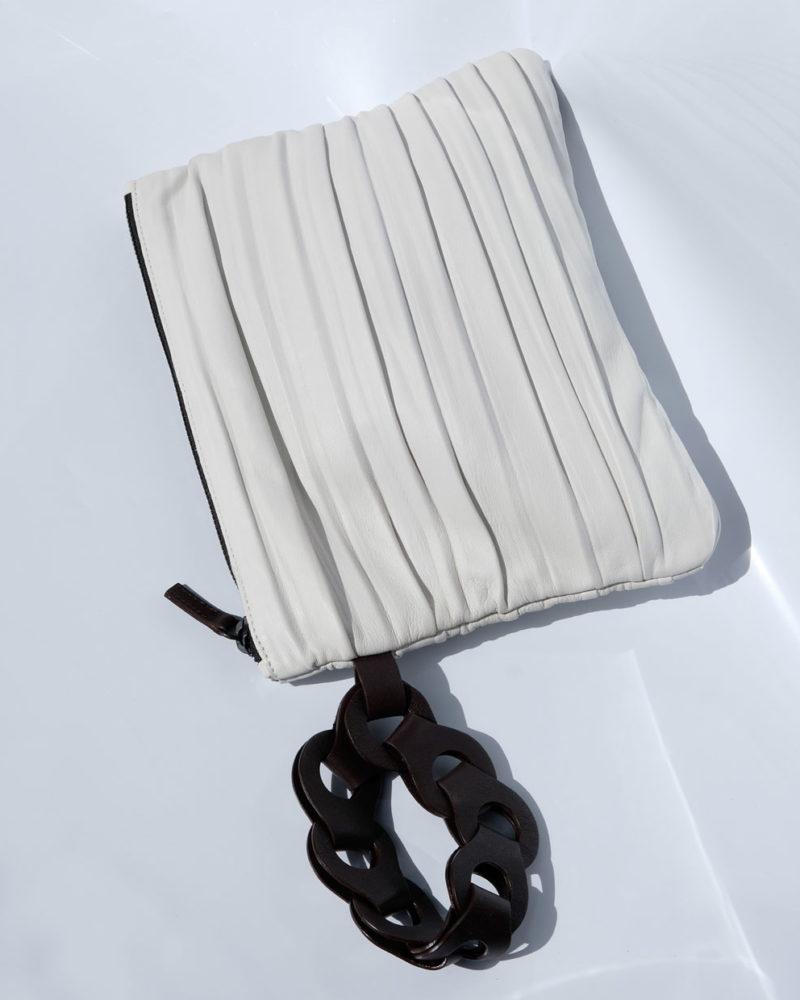cartera plisada blanca